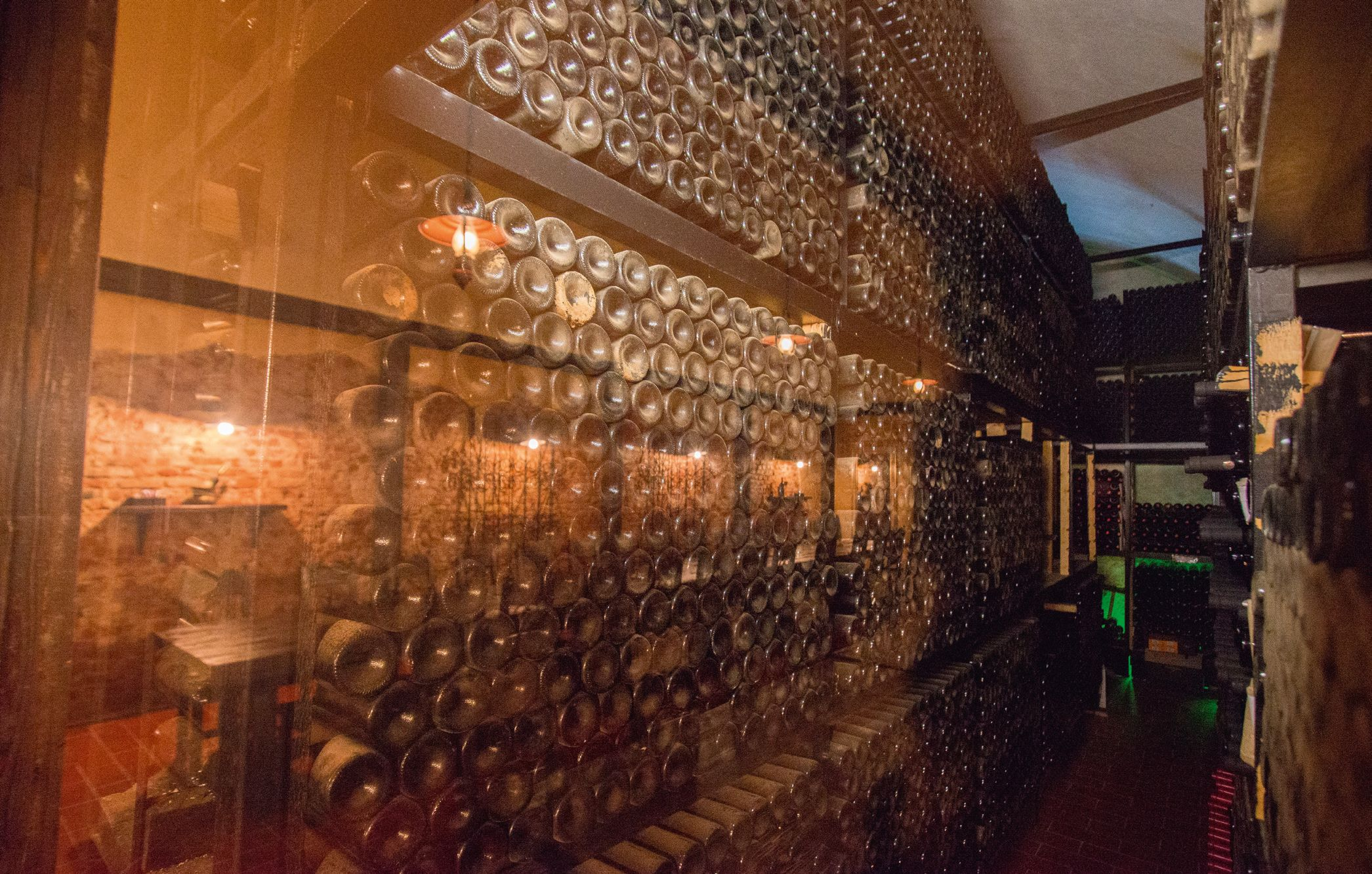 Cele mai valoaroase sticle de vin sunt depozitate într-un mediu controlat