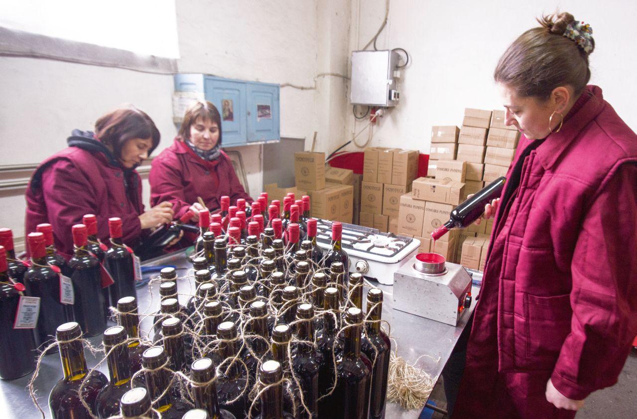 """Sticlele din gama """"Comoara Pivniţei"""", de la Vincon, sunt înfrumuseţate manual"""