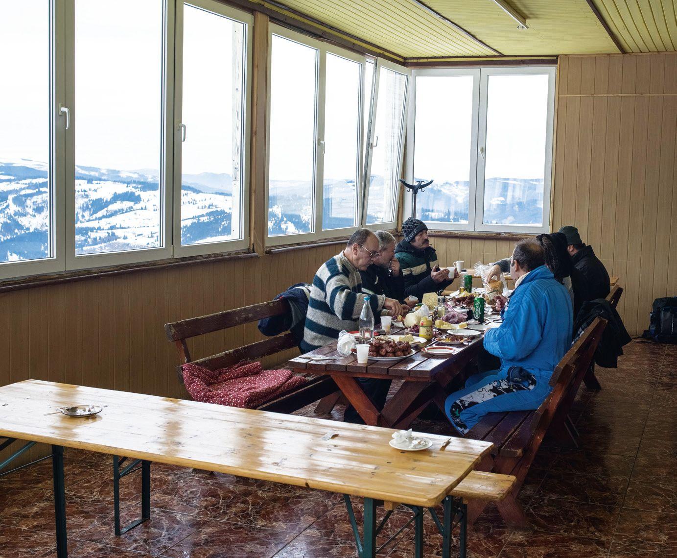 O masă copioasă, cu o privelişte pe măsură, în vârful Pârtiei Dealu Negru
