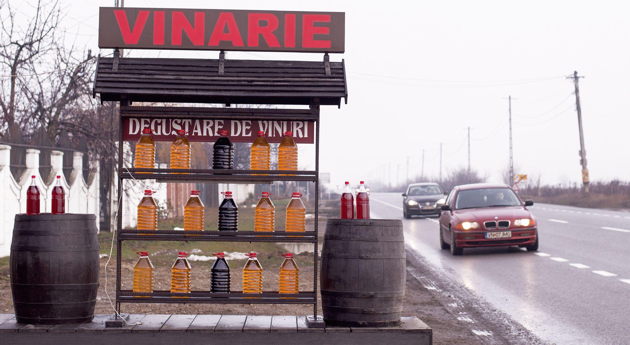 Înainte de Focşani, vinul este vândut în bidoane, pe marginea şoselei