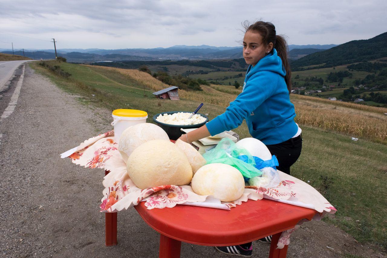 O elevă din Cufoaia își ajută părinții la vânzarea brânzei