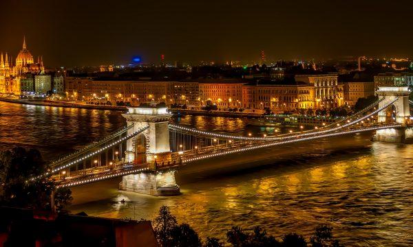 O imagine emblematică a capitalei ungare, Budapesta, cu Podul Szechenyi în prim plan și clădirea parlamentului, în fundal | Foto: Pixabay (c)  Creative Commons CC0.