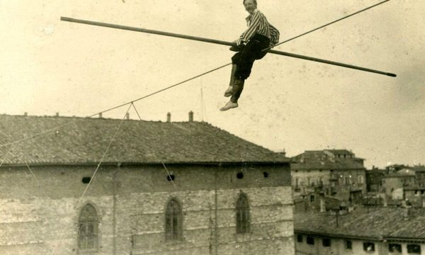 Arturo-Strohschneider-in-equilibrio-sopra-la-piazza-5 Perugia