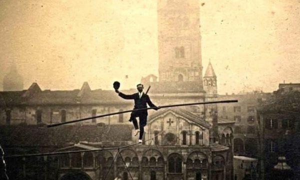 foto storica Lesibizione del funambolo Strochneider- 1910 in piazza grande-2