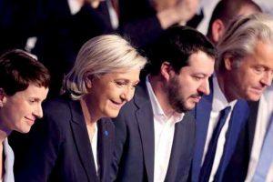 Marine Le Pen, liderul Frontului Naţional, din Franţa, Matteo Salvini, liderul Lega, din Italia, şi Geerd Wilders, liderul Partidului Libertăţii, din Olanda, la un selfie cu alţi lideri de extremă dreaptă. Sursa foto: floridadailypost.com