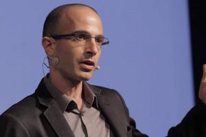 """Yuval Noah Harari este istoric, filozof și scriitor de succes, autor al volumelor """"Homo Sapiens"""", """"Homo Deus"""" și """"21 de lecții pentru secolul XXI""""."""