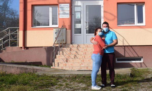Anca si Alexandru Husaru in fața dispensarului din Aiton
