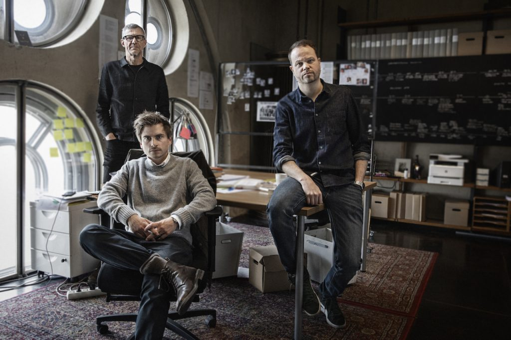 Regizorul Henrik Georgsson și jurnaliștii Anton Berg și Martin Johnson/Foto Julia Mård (c) 2021 HBO Nordic