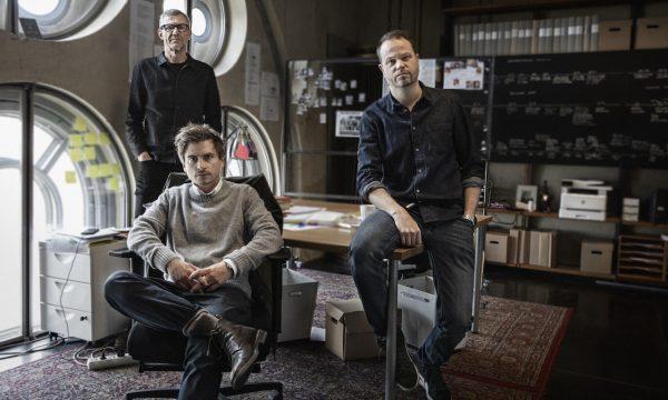 Knutby I blind tro_Martin Johnson_Anton Berg_in back Henrik Georgsson_photo Julia Mård_(c) 2021 HBO Nordic