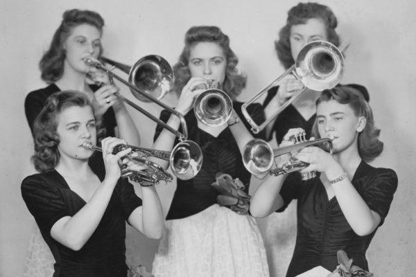 Buze fierbinți pe alămuri reci: Epoca de aur a orchestrelor de doamne